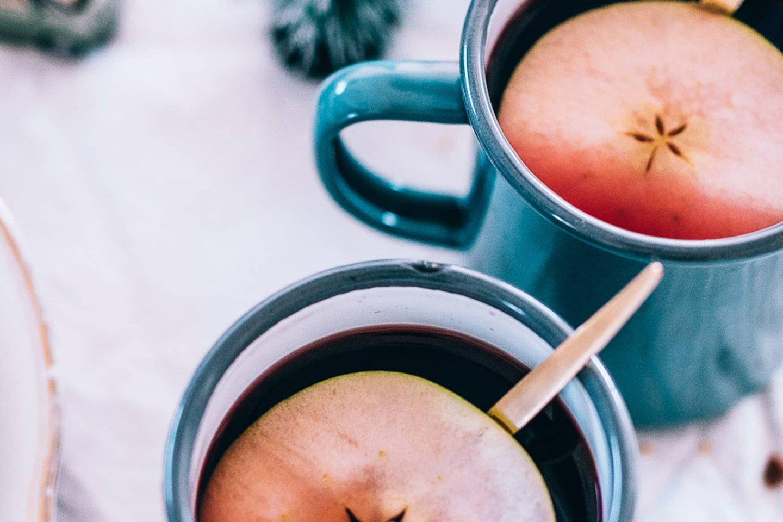 Adventglühwein mit Calvados in 2 Tassen mit ganzen Apfelscheiben