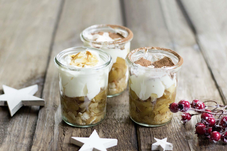 Lebkuchen-Bratapfel Tiramisu in 3 kleinen Rex-Gläsern mit Zimt bestäubt und mit Weihnachtsdekoration