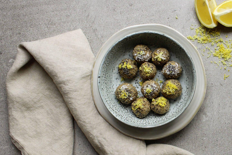 Blissballs mit VEGGY Sweet und geriebener Zitronenschale