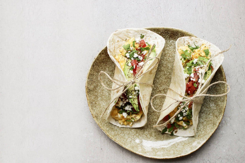 Breakfast Tacos mit Kräutern Rustikana auf einem beigen Teller mit einem Faden zusammengebunden