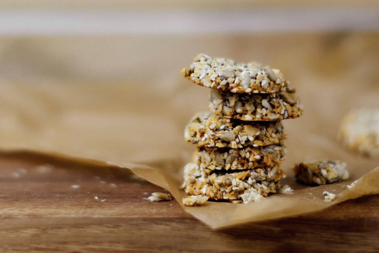 5 Cardamom Nuss-Cracker aufeinander gestapelt auf braunem Backpapier