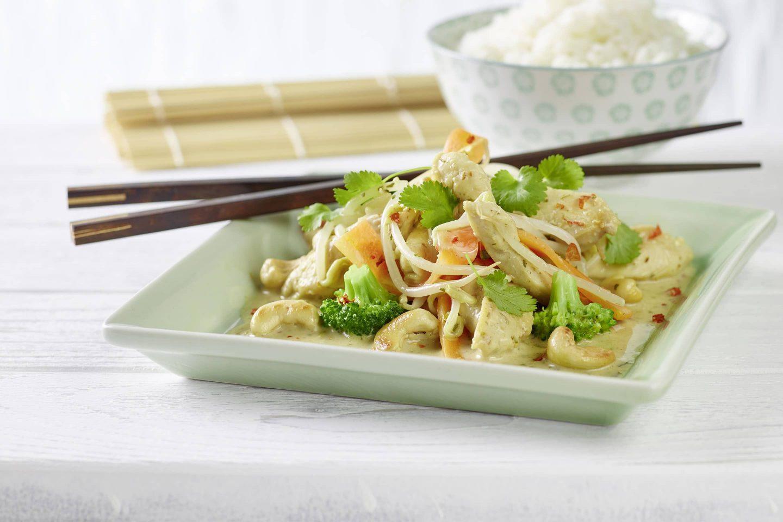 Chicken Thai mit asiatischen Kräutern, Broccoli und frischen Sojasprossen auf einem eckigen Teller mit Essstäbchen