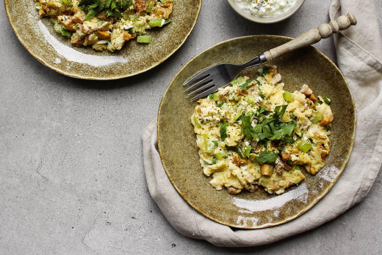 Omlette mit Eierschwammerl und Veggy Classic auf einem rustikalen Teller mit Dip