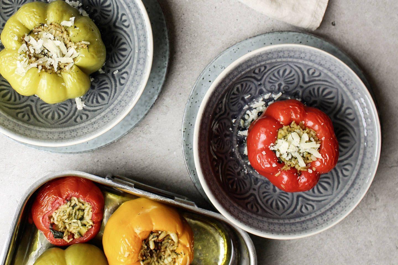Gefüllte Paprika mit Veggy Classic in tiefen gemusterten Tellern und in einer Ofenform