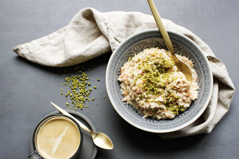 Karotten-Apfel-Porridge mit Zimt und Pistazien garniert