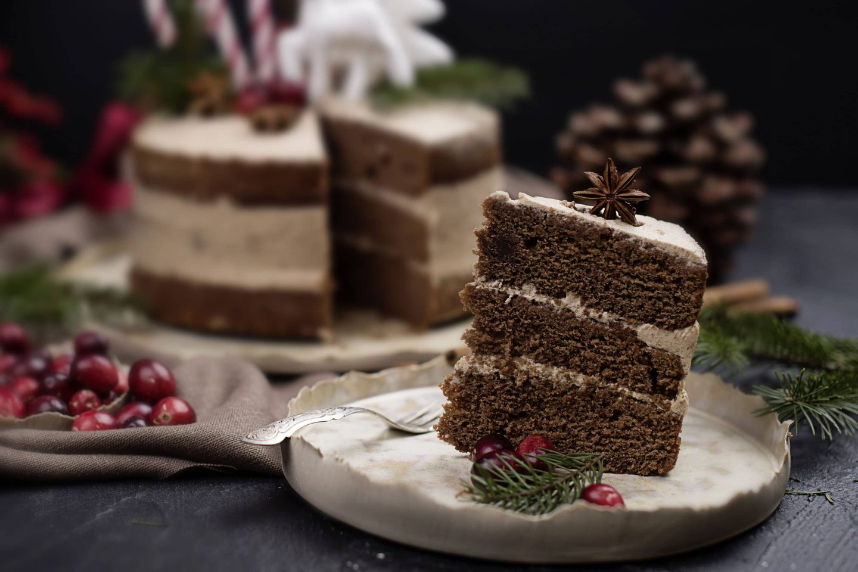 Honniglebkuchen Naked Cake mit Zimt und Vanille auf handgetöpfertem Teller und mit Sternanis verziert