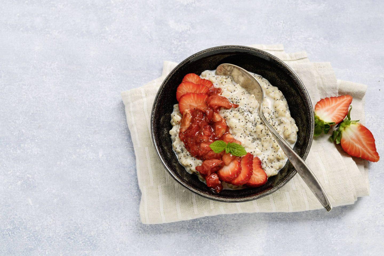 Mohn-Milchreis mit Vanille, VEGGY Sweet und Erdbeerkompott