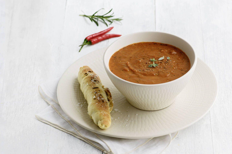 Scharfe VEGGY Hot+Spicy Tomaten-Karottensuppe mit Rosmarinstangerl