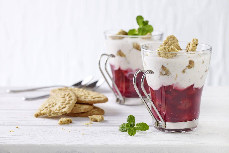 Zimt-Kirschen mit Vollkorn Crumble und Joghurt in gläsernen Tassen mit Kekesen getoppt