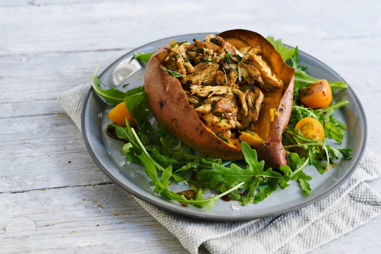 Ofen-Süßkartoffel mit BBQ-Huhn-Füllung und Rucolasalat