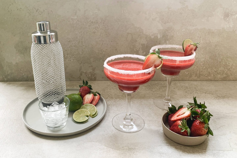 Erdbeer-Zimt-Daiquiri in 2 Coktailgläsern mit Zuckerrand und Erdbeerdekoration