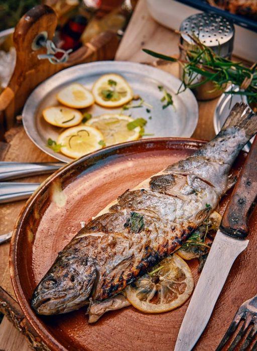 Gegrillter Fisch mit Zitronenscheiben gefüllt