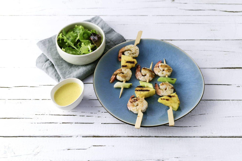 Grill Fisch Garnellenspiesse mit Ananas und Curry-Dip