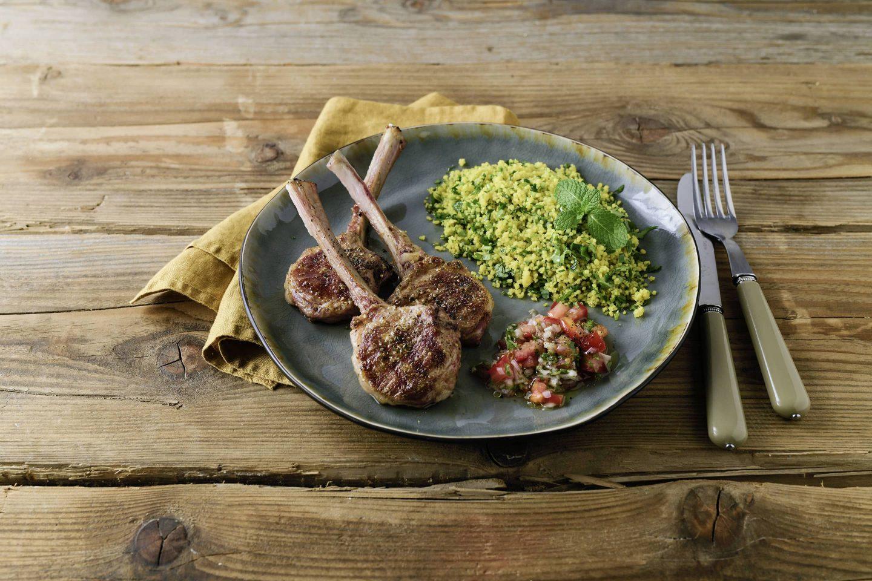 Grill-Kotellet-Lammracks mit Kraeuter-Couscous und salsa