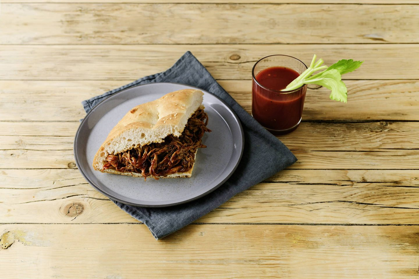 Grill-Smoked Pulled Pork im Fladenbrot mit Bloody mary