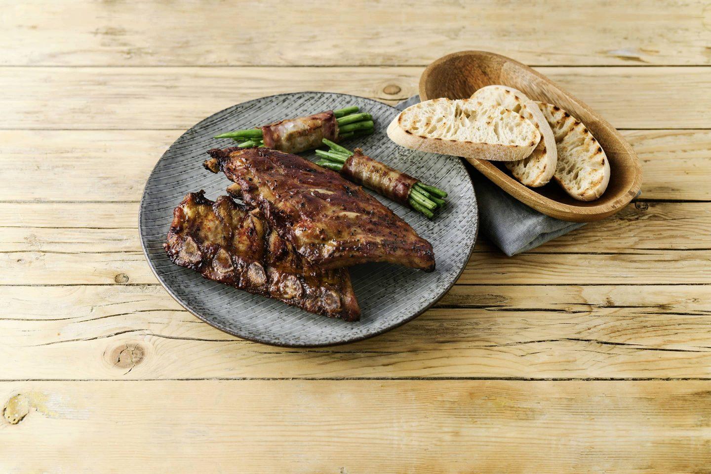 Grill-Smoked Ribs mit fisolen im speckmantel und baguette