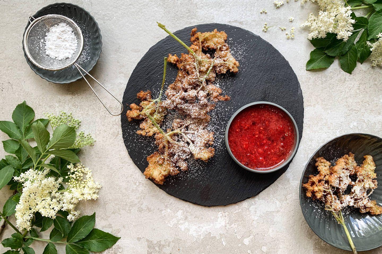Gebackene Holunderblüten mit Veggy Sweet verfeinert und einem Püree aus roten Früchten
