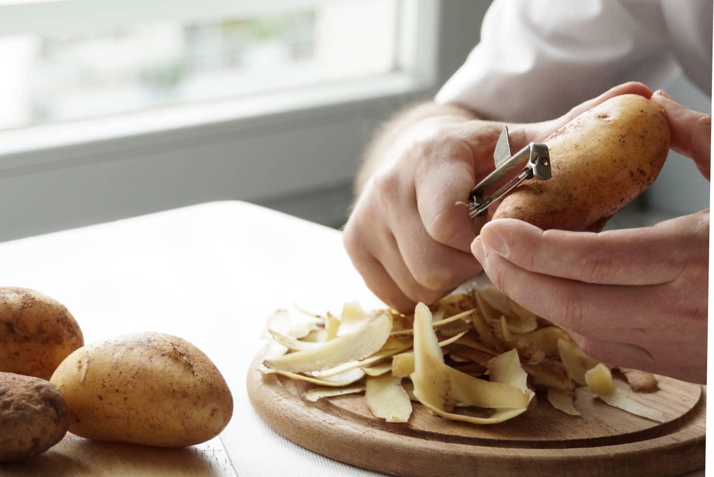 Schälen von Kartoffeln