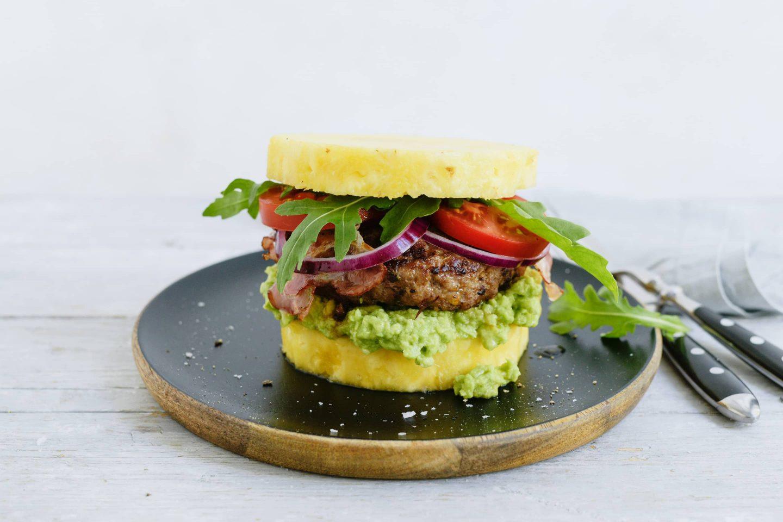 Hamburger mit Ananas-Bun und Avocadomash