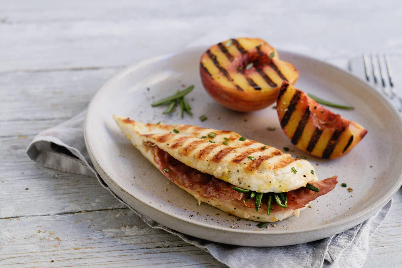 Saltimbocca mit gegrilltem Rosmarin-Pfirsich