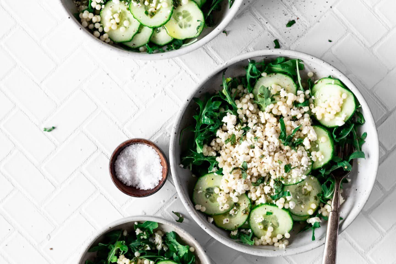 Salat mit Petersilie bestreut
