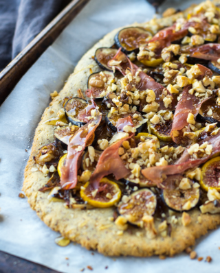 selbstgemachte Pizza mit Feigen und Prosciutto