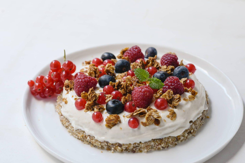 Raw Cake mit griechischem Joghurt, frischen Beeren und Veggy Sweet Gewürzzubereitung