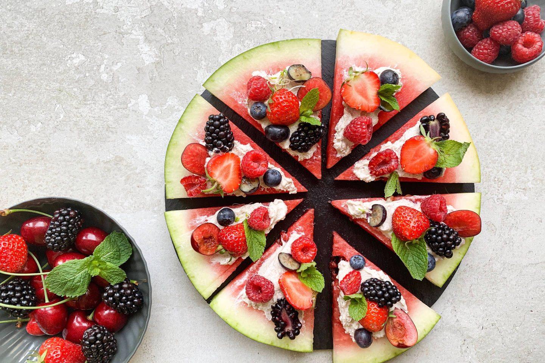erfrischende Wassermelonenpizza mit frischen Beeren