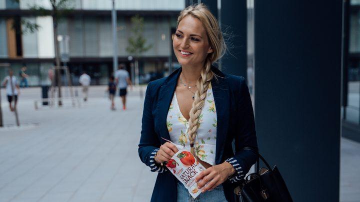 Bloggerin Carina Berry unterwegs mit Apfel Paprika Snack