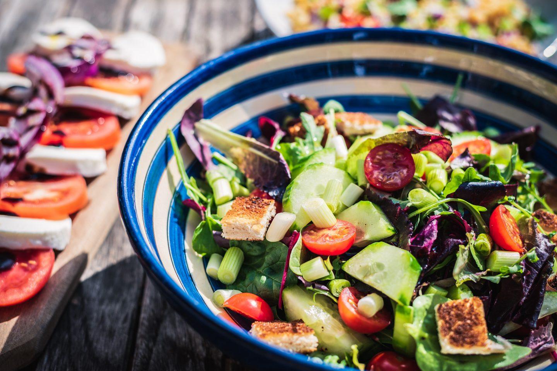 Salat in einer Schüssel mit anderem Gemüse