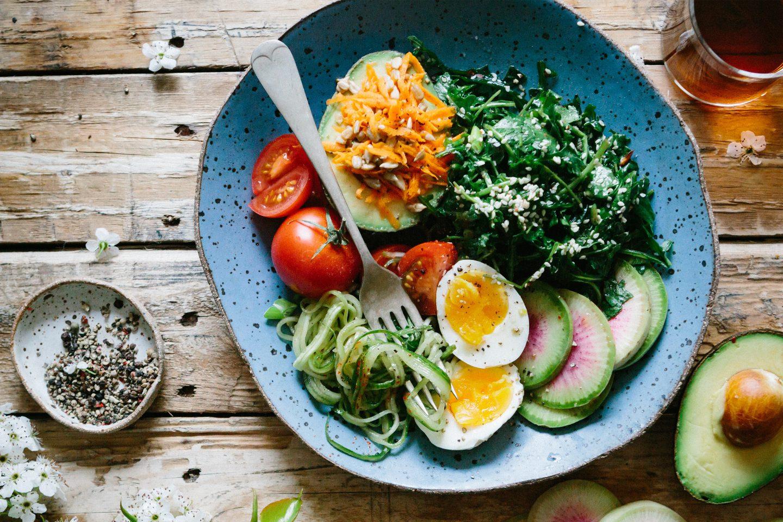 Paleo Bowl mit frischem Gemüse, gekochtem Ei und Avocado