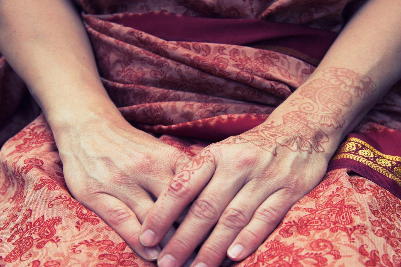 Haende Einer Indischen Frau Mit Henna Bemalung
