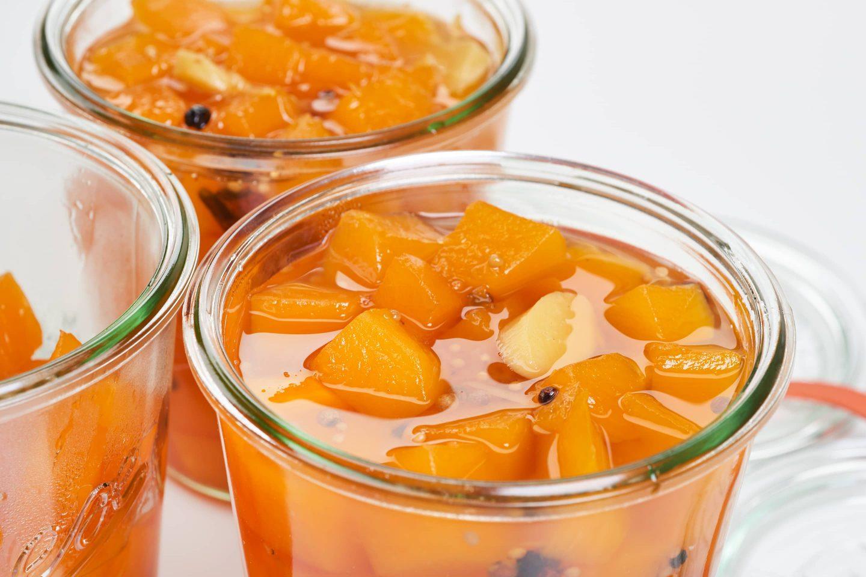 Süßsauerer Kürbis mit Ingwer in Einmachgläser abgefüllt