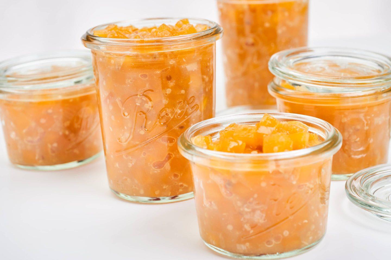 Fein-würziges Kürbis-Chutney mit Orangenmarmelade in einige Gläschen gefüllt