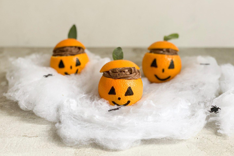 Halloween Mousse Au Chocolat in asugehöhlten Orangen mit Verzierung