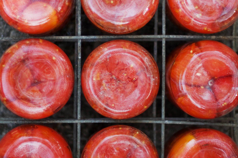 Tomatensauce In Gläser Gefüllt