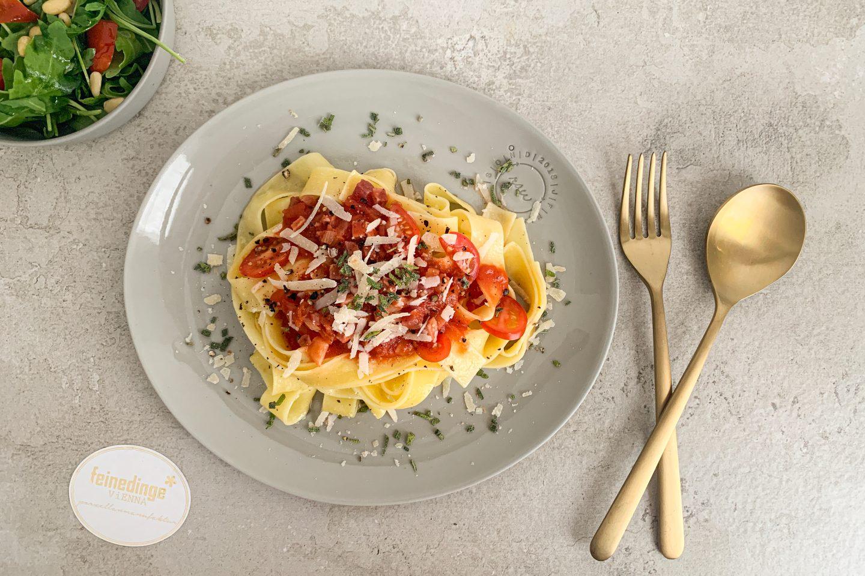Wild Bolognese mit Tagliatelle auf einem Teller angerichtet