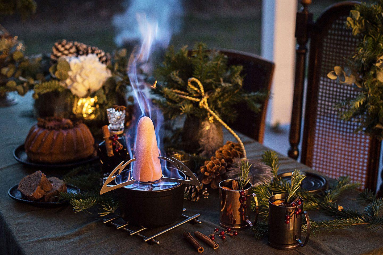 Feuerzangenbowle auf einem winterlich gedeckten Tisch