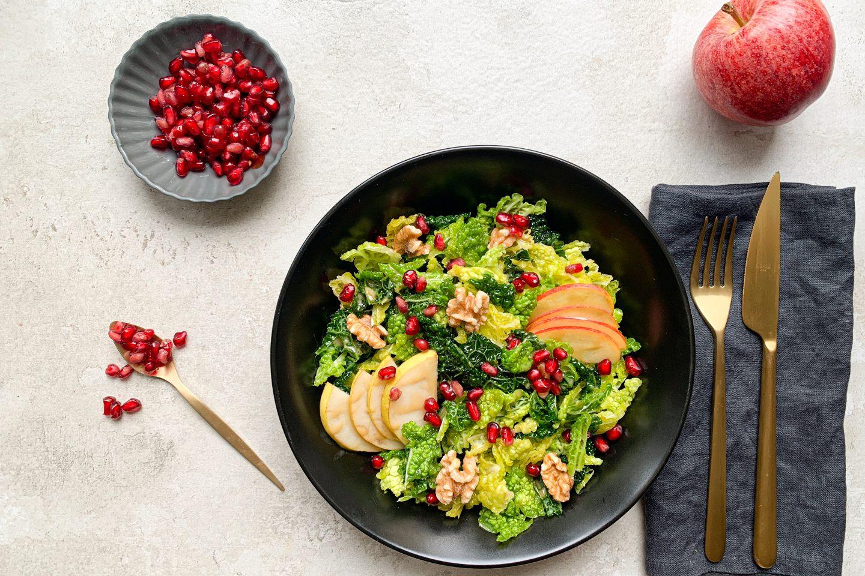 Knackiger Apfel-Grünkohl Salat mit Granatapfelkernen