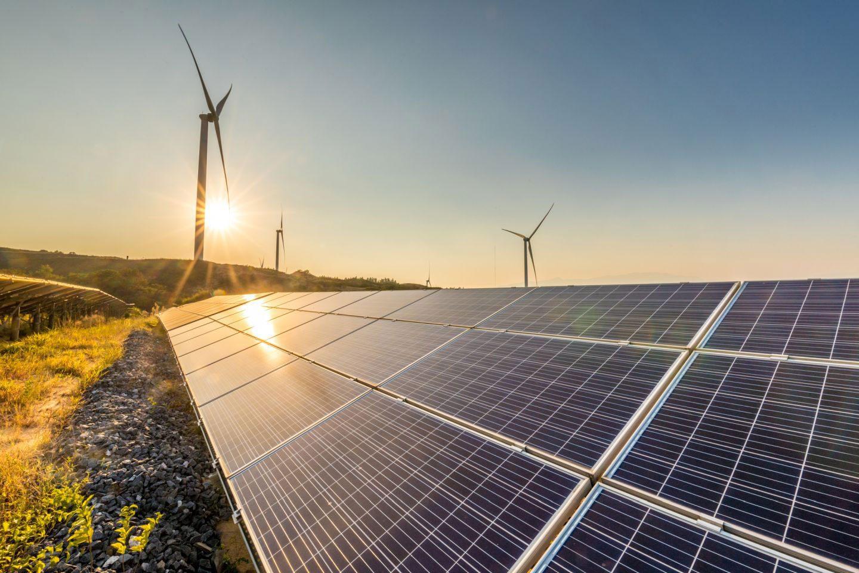 Photovoltaikanlagen und Windräder im Hintergrund