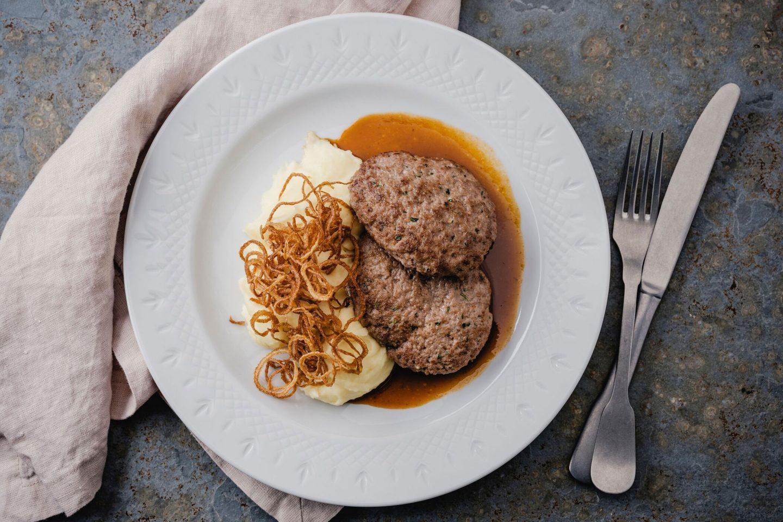 Faschierte Laibchen mit Kartoffelpüree und Röstzwiebeln garniert