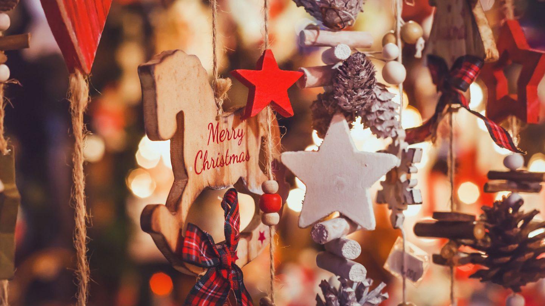 Weihnachtsdekoratian aus holz geschnitzt an Schnüren