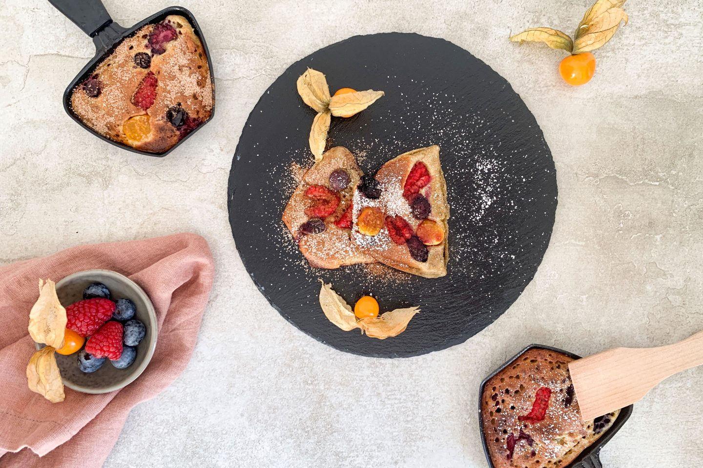 Raclette Pancake mit Himbeeren uns Physalis angerichtet