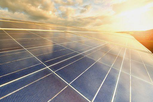 Photovoltaikanlage vor einem sonnig-wolkigen Himmel