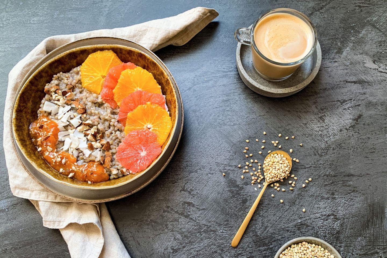 Zitrus Buchweizen-Porridge mit Orannge und Grapefruit garniert und in einer Schale angerichtet