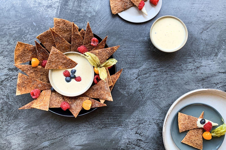 Sweet Tortilla Chips mit Vanille Dip und frischen Beeren garniert