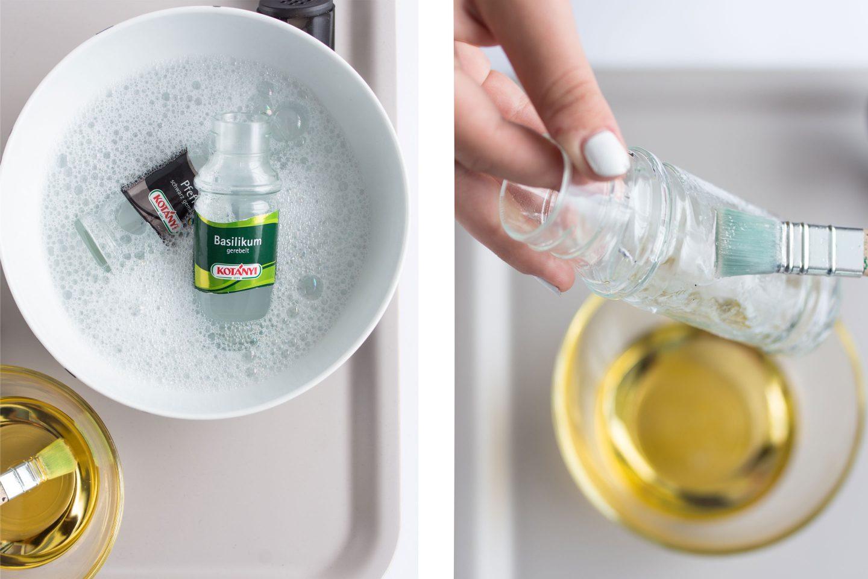 Gewürzgläser werden in warmen Spülwasser eingeweicht und dann mit Speiseöl eingetsrichen