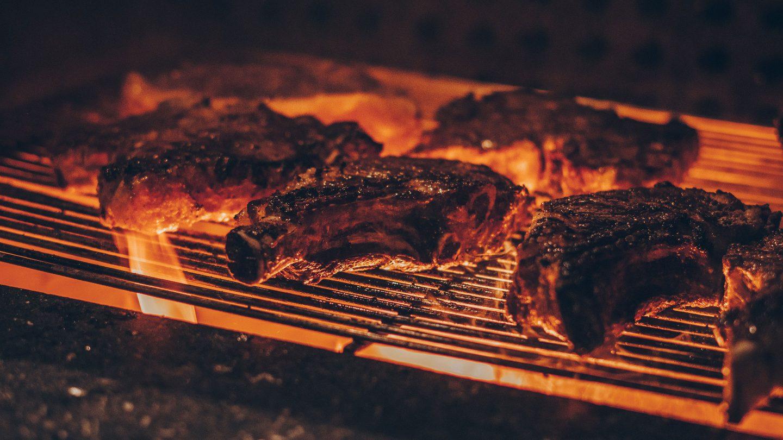 Kotellettes auf einem heißen Griller