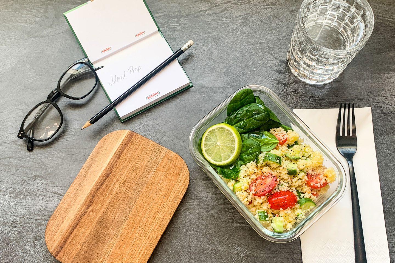 Couscous Salat in einer Glasform am Arbeitsplatz