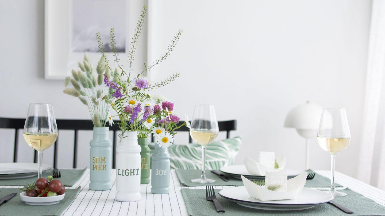 somemrlich gedeckter Tisch mit DIY Vasen aus Gewürzgläsern
